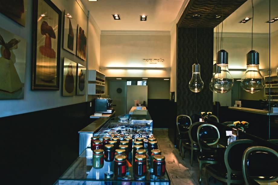 O minúsculo salão de apenas seis lugares: decorado com lustres em formato de lâmpada