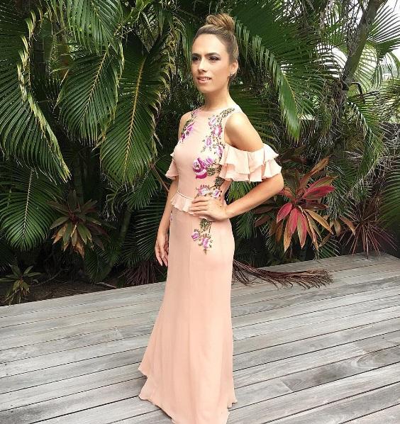 Patricia Bonaldi com um vestido feita por ela mesma: babados e ombro de fora (Foto: Reprodução/Instagram)
