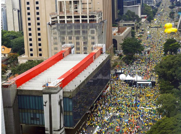 Avenida Paulista tomada por manifestantes (Foto: Miguel Schincariol/AFP)