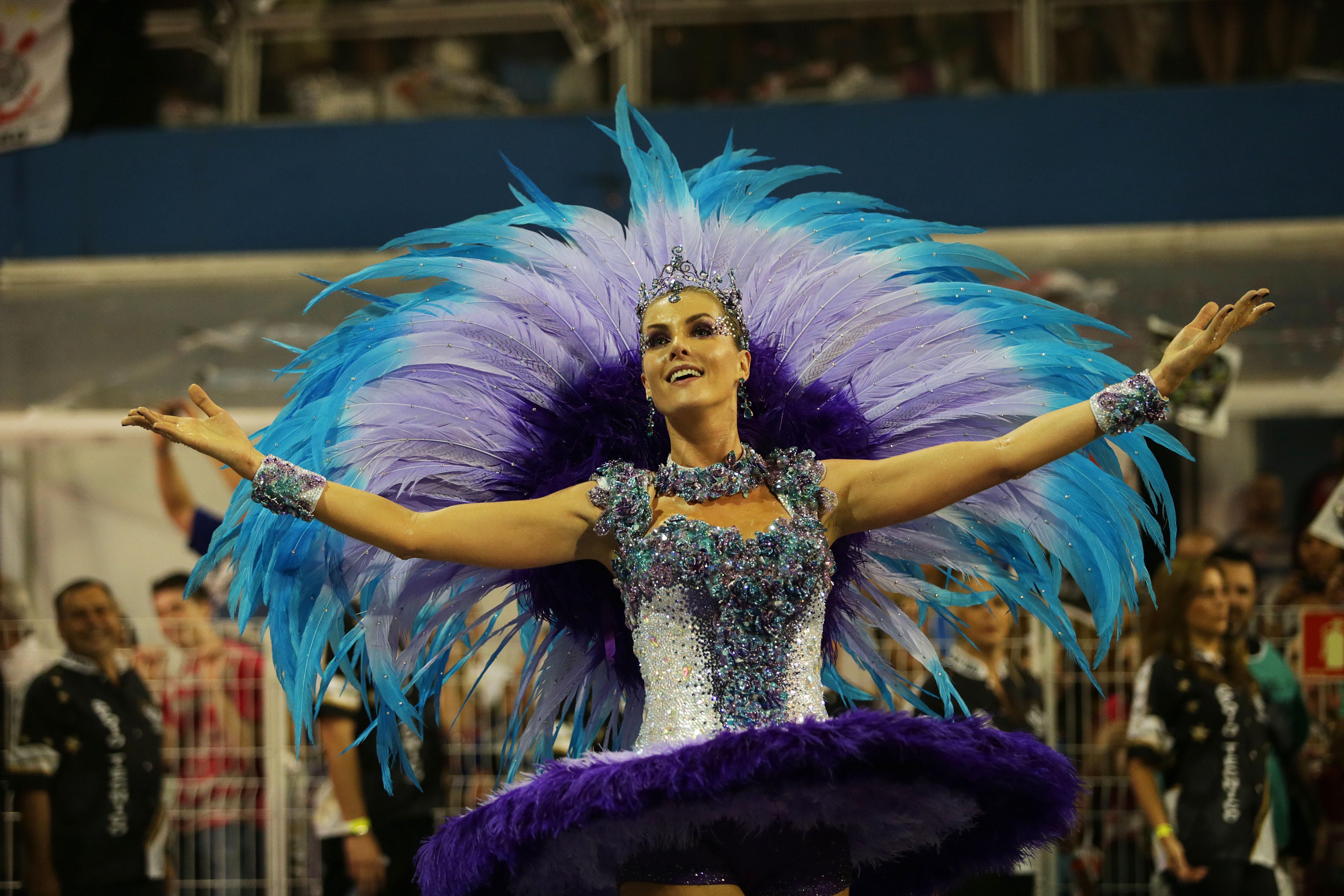 Madrinha da Vai-Vai, a apresentadora Ana Hickmann desfila à frente do abre-alas (Foto: Paulo Pinto/Liga SP/Divulgação)