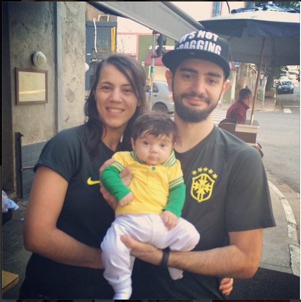 Para torcer em família, Paulo Yoller, do Meats, uniformizou toda a família, inclusive a pequena Vivi