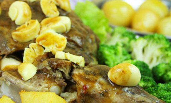 Perna de cordeiro assada no bafo, acompanhada de brócolis e batatas coradas