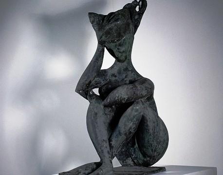 Detalhe de Mulher Sentada, bronze de 1951: assinado pelo escultor Pericle Fazzini
