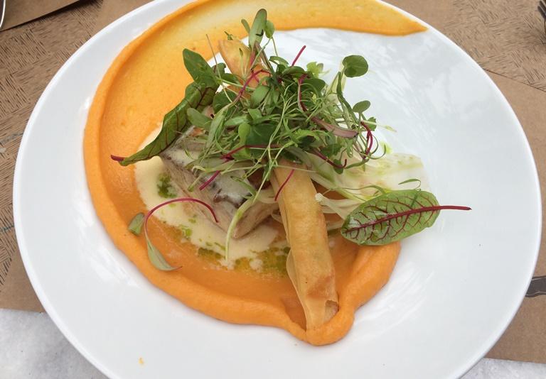 Peixe do dia com camaráo enrolado na massa filo sobre purê de cenouro: prato do Petí Gastronomia