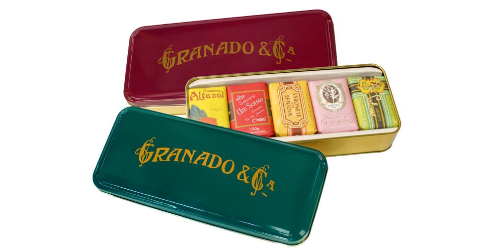 Granado: lata de metal com assinatura antiga da marca. Contém cinco sabonetes em barra da linha Vintage (120g cada): Alfazol, Um Sonho, Benjoim, Superfino e Salomé. De R$ 39,50 por R$ 19,75.
