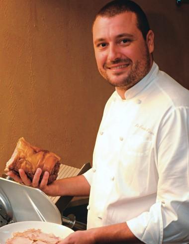 O chef Picchi, fatiando a porchetta: itens caprichados no balcão