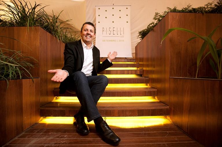 """Pereira nas escadarias do jardim que leva ao Piselli Sud: """"abertura no dia 21"""" (Fernando Moraes)"""