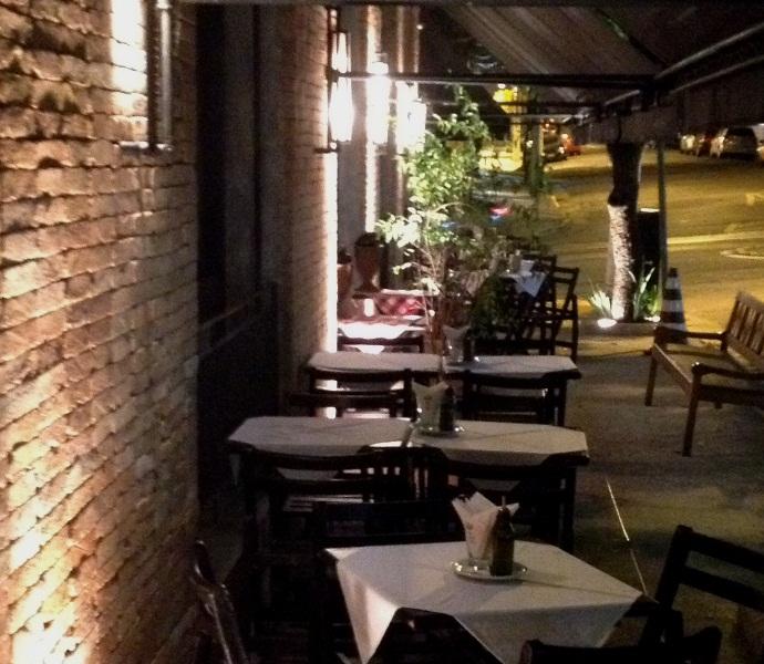 Novo visual: fachada com com mesas ao ar livre (Fotos: Franco Ravioli)