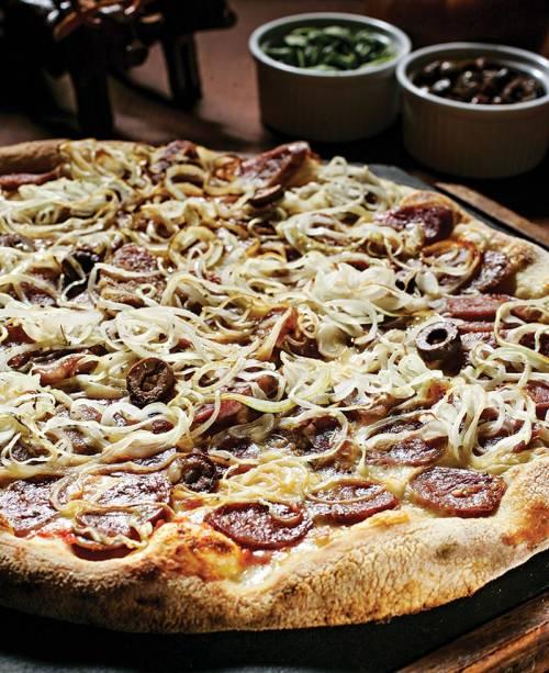 Na Pizza na Roça: a cobertura de salame de produção própria, mussarela, cebola, azeitona e orégano