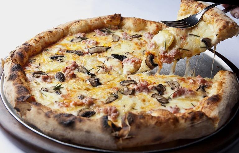 Record: molho de tomate, queijo taleggio, linguiça fresca picante, cogumelo-de-paris e alecrim (Foto: Lucas Lima)