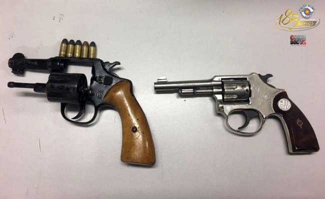 As duas armas encontradas com os criminosos