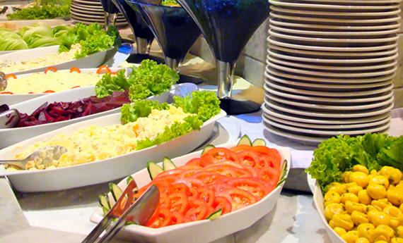 Bufê frio: mais de 30 opções, entre saladas, queijos e especialidades japonesas