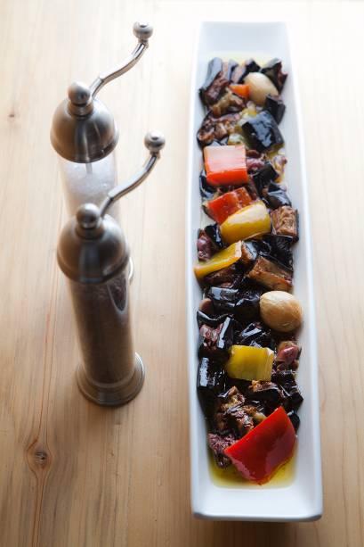 Antipasti: berinjela frita em pedaços e mergulhada em azeite junto de pimentão, azeitona preta, cogumelo-de-paris e cebolinhas assadas