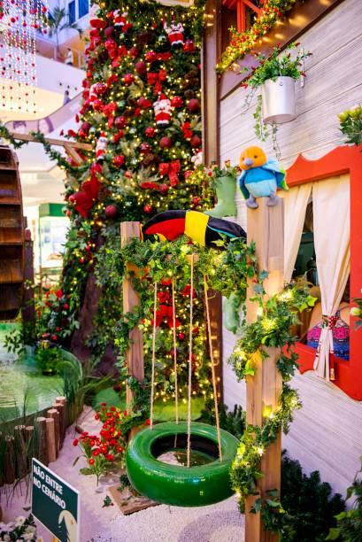 Casa que remete ao cenário do campo e uma árvore de Natal no Shopping Metrô Tucuruvi