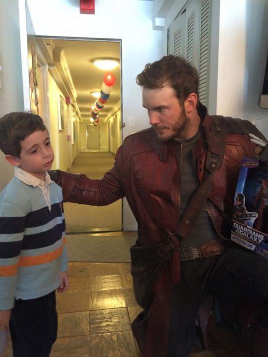 O ator presenteou a criançada com o boneco de Star-Lord