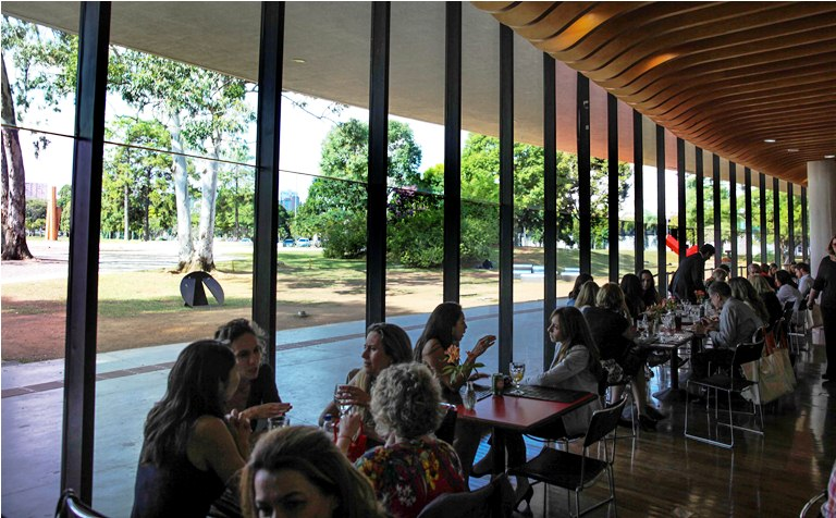 Almoço no Parque Ibirapuera: bufê caprichado diante no prédio projetado por Oscar Niemeyer em frente ao jardim de esculturas (Foto: Arnaldo Lorençato)