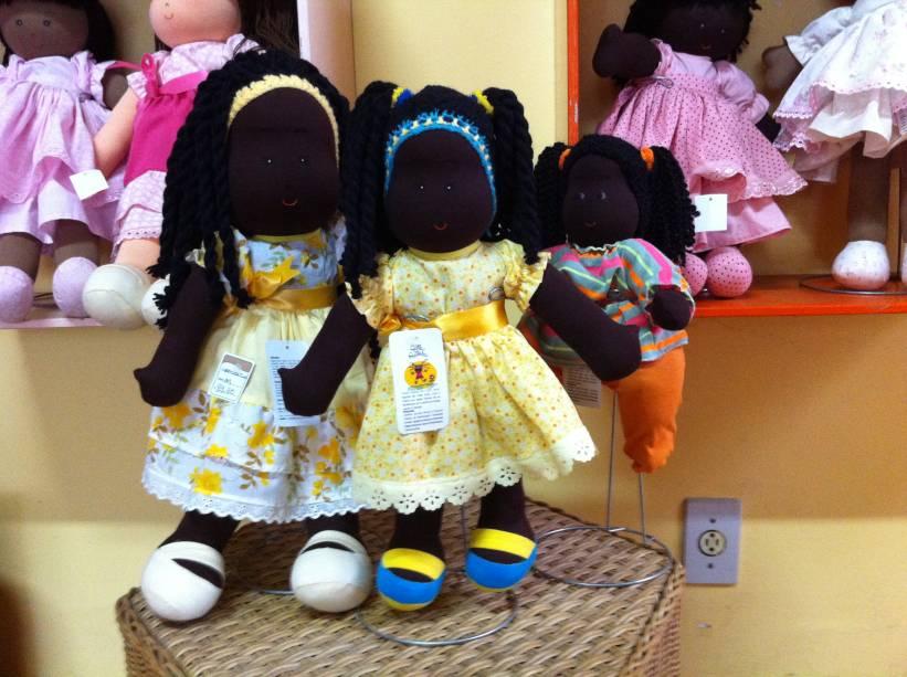 Bonecas negras de diversos tamanhos: grandes (R$ 99,00) e pequena (R$ 89,90)