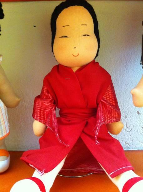 Menina oriental de quimono (R$ 99,00)