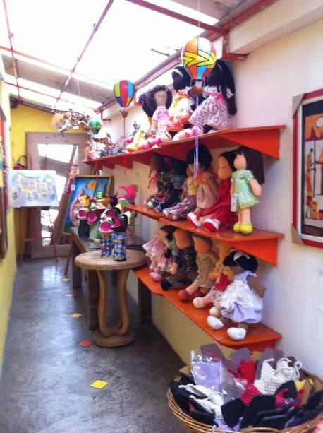 Bonecos de pano variam de R$ 15,00 a R$ 230,00