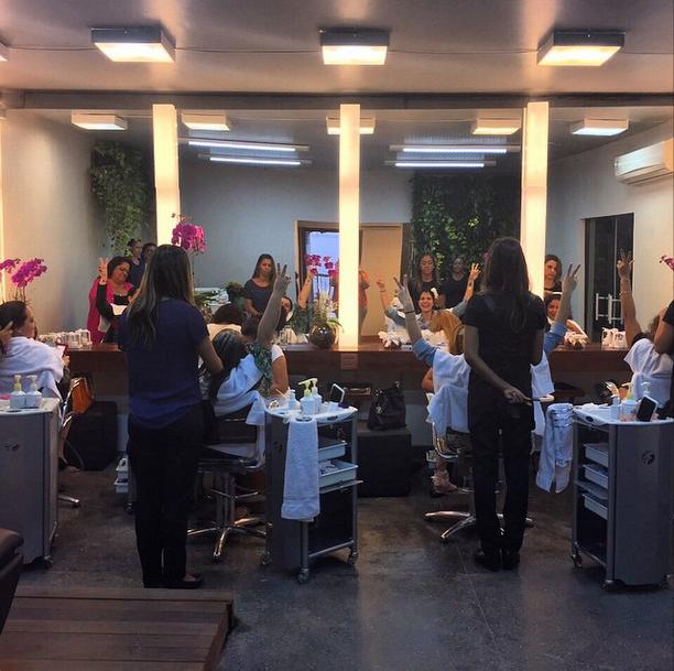 Preta e as amigas madrinhas: dia de colocar a fofoca em dia no salão de beleza (Foto: Reprodução/Instagram)