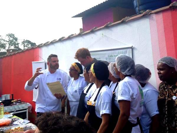 Príncipe Harry: com as moradoras do Cota 200, em Cubatão durante o workshop (Fotos: Thaís Gagliardi)