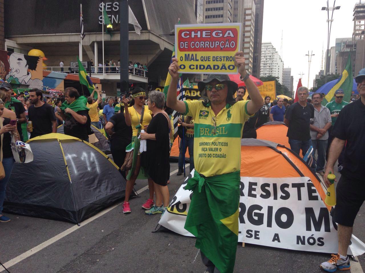 Manifestantes na Paulista durante manifestações pró-impeachmant