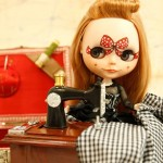Imagem de obra de arte da Urban Arts usando uma boneca Blythe: vendas serão revertidas para ação de caridade (Foto: Divulgação)