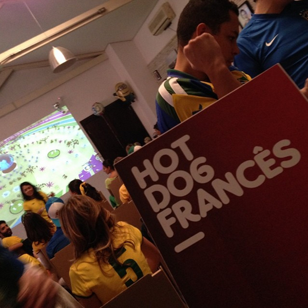 """Responsável pelos fogões do francês Marcel, Raphael Despirite serve cachorro-quente """"gourmet"""" em evento para um marca de uísque na Vila Madalena"""