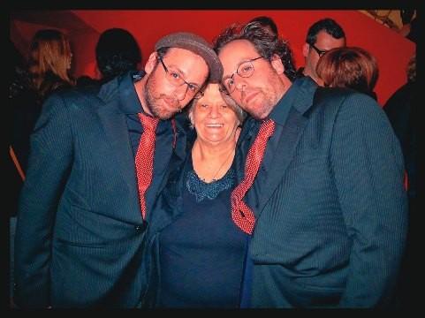 A bordadeira Margarida, entre os filhos Gustavo (à esq.) e Otávio: juntos no evento de março na cidade de Los Angeles