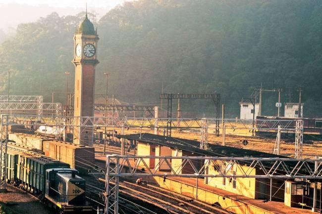 Réplica do relógio Big Ben, de Londres, na estação ferroviária da vila de Parana