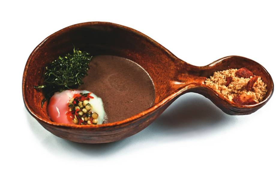 Ovo com espuma de feijão-preto, couve e farofa: pedida integra o menu do Clandestino, jantar preparado às quartas e quintas no Dui