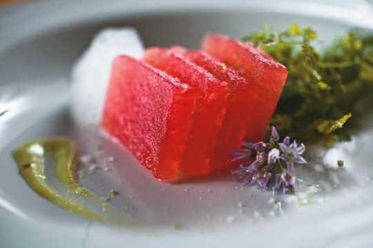 Sashimi de melancia: escoltado por espuma de gengibre e creme de wassabi