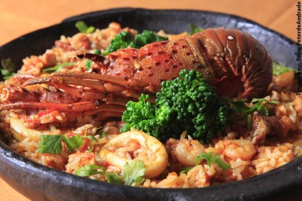 O arroz de marisco do Timoneiro recebe uma banda de lagosta, camarões pequenos, polvo e lula (Foto: Peter de Andrade)