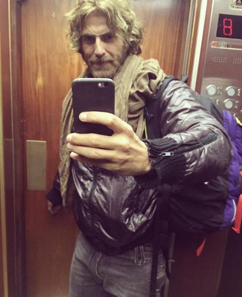 Reynaldo Gianecchini com os cabelos mais claros e visual barbado (Foto: Reprodução/Instagram)