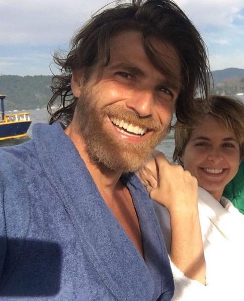 O ator ao lado da atriz Claudia Abreu: suspeitas de que o visual seja para um novo personagem