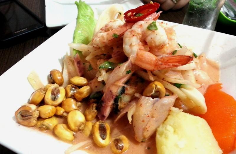Ceviche misto clássico: peixe branco, camarão, lula, polvo, batata-doce, milho e pimenta