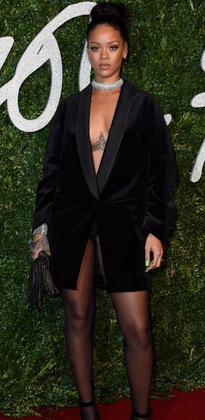 A cantora utilizou apenas uma meia-calça preta por baixo do blazer (Foto: Reprodução/Pure People)