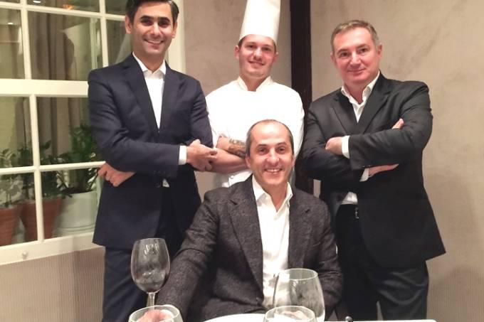 A equipe sob a batuta de Trevisiani (sentado): o maître gerente Milton Ribeiro, o chef Henrique Schoendorfer e o sommelier Gianni Tartari (Fotos: divulgação)