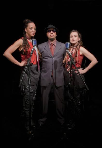 Roberta Estrela DAlva, DJ Eugênio Lima e Luaa Gabanini em cena de Antígona Recortada