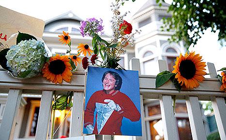 Na casa do seriado Mork & Mindy, os fãs deixaram flores e mensagens. Foto: Marc Piscotty
