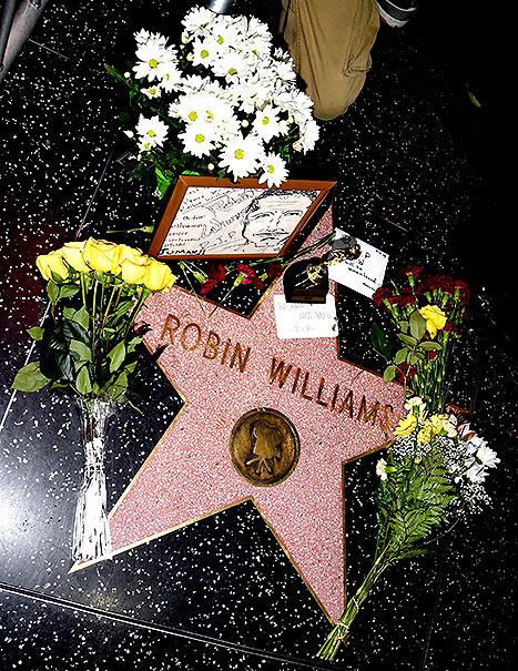A Calçada da Fama, em Hollywood, amanheceu coberta de flores.