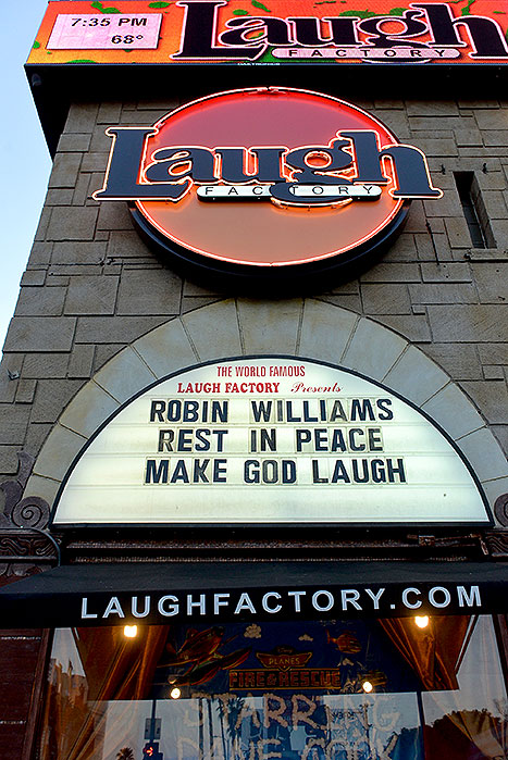 A fachada da Laugh Factory, em Los Angeles, também prestou tributo ao astro. Foto: Kevin Winter.