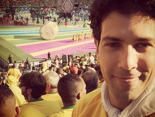 Titular das cozinhas do Mocotó e do Esquina Mocotó, Rodrigo Oliveira está diante do gramado
