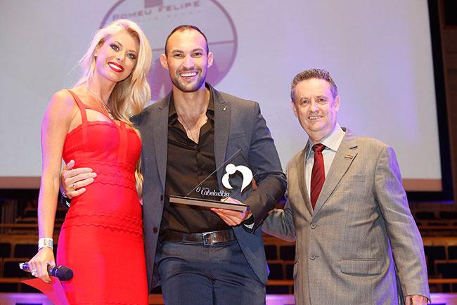 Caroline Bittencourt (modelo que entregou o prêmio), Romeu Felipe (ganhador na categoria Melhor Colorista) e Márcio Carbonare (Presidente da Itallian Hairtech)