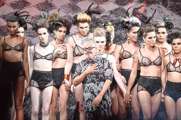 O estilista Ronaldo Fraga e as 20 modelos transgênero (Foto: Agência Fotosite)