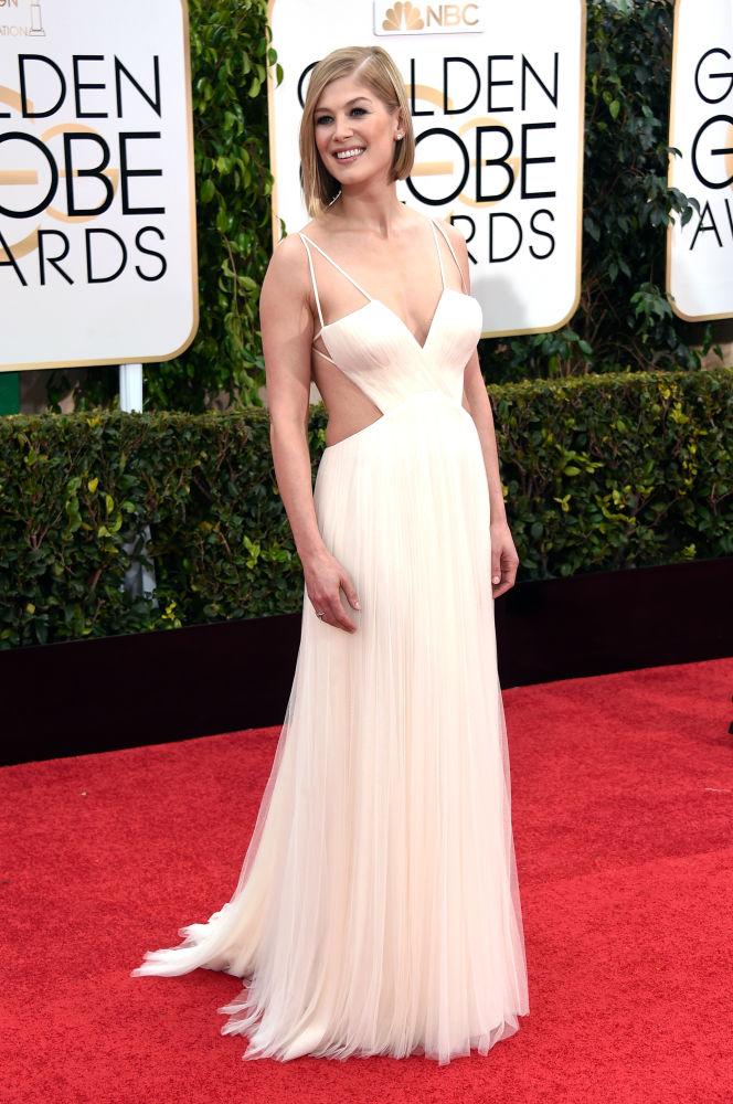 Rosamund Pike escolheu vestido branco da grife Vera Wang (Foto: Reprodução/Fashionista)