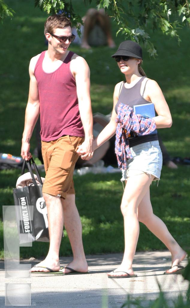 Com o namorado Nicholas Hoult no verão de Montreal (Sultana / Ultrawig / Splash News)