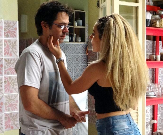 Rui (Bruno Mazzeo) chama Tina de favelada e ela não gosta! (Foto: Anny Ribeiro/Gshow)