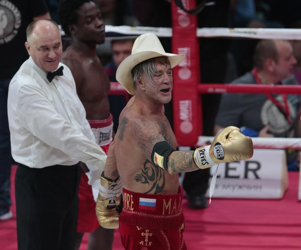 De chapéu de cowboy, Rourke é aplaudido pela plateia em Moscou
