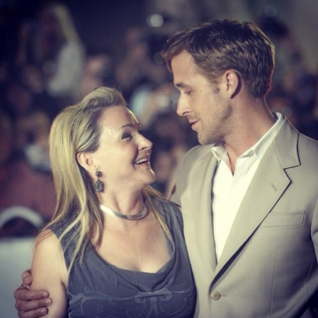 O olhar de cumplicidade entre Ryan Gosling e sua mãe